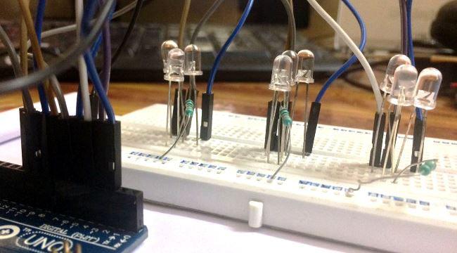 این مدار را به آسانی میتوان روی beredbord پیاده سازی کرد، که در زیر مراحل کار توضیح داده شده است 1. LED ها را به ترتیب قرمز،سبزو زرد در برد بورد قرار دهید 2. پایه منفی LED هارا با مقاومت ها به صورت سری متصل کنید و سر دیگر مقاومت ها را به زمین وصل کنید 3. طبق تصویر انتهای دیگر سیم ها را به پین های متوالی آردوینو (2،3،4،...10) متصل کنید 4. زمین برد بورد خود را بع زمین آردوینو متصل کنید